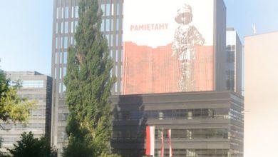 Baner reklamowy na budynku z napisem Pamiętamy