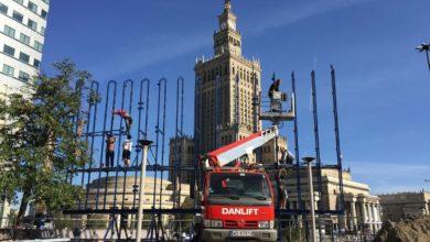 montaż reklamy wielkoformatowej z użyciem podnośnika firmy Danlift przed Pałacem Kultury w Warszawie