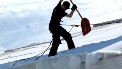 Odśnieżanie dachu - alpinista odśnieża dach