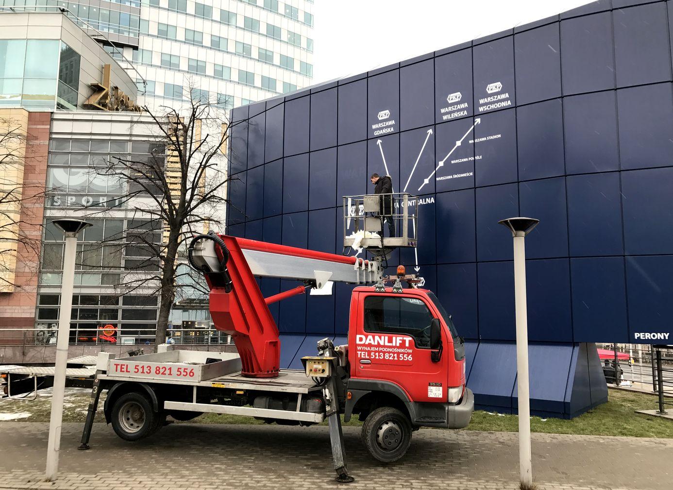 Podnośniki koszowe - Montaż reklamy przy Warszawie Centralnej z użyciem podnośnika firmy Danlift